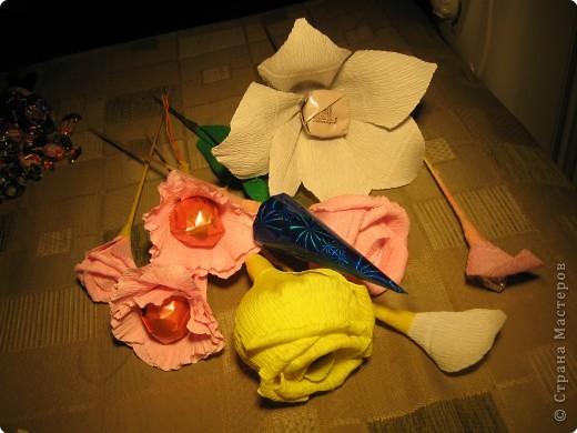 Я хочу рассказать вам как делать некоторые цветы из конфет. фото 1