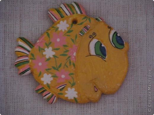 Лепка, Роспись: Золотая рыбка , символизирующая успех в финансовых делах
