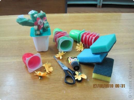 Основой для поделки послужили баночки из под йогурта , губки для посуды и искусственные цветы. фото 1