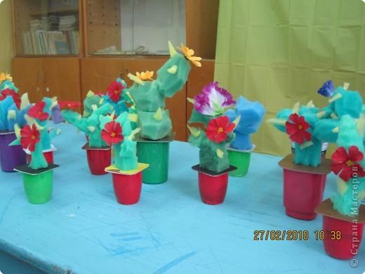 Основой для поделки послужили баночки из под йогурта , губки для посуды и искусственные цветы. фото 4