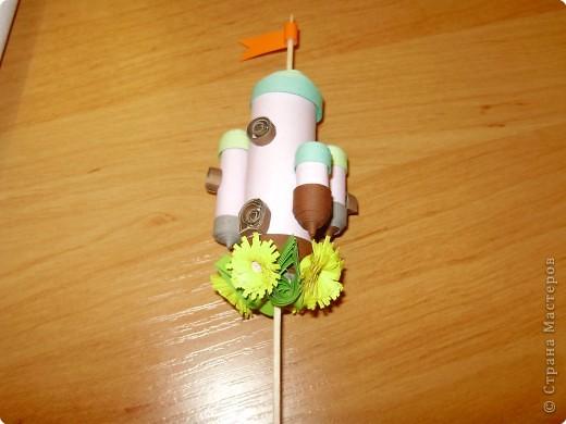 Квиллинг: Домик на палочке-украшение для цветочного горшка.