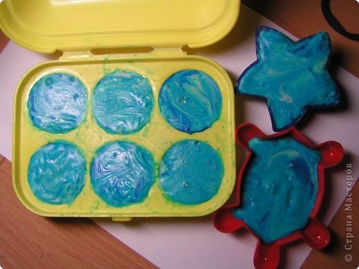 Получилось такое двухцветное ассорти из детского мыла. Может тут и морского мало, но сын сказал, значит для меня оно морское и никакое иначе -) Готовила я его 2 дня, т.к. форма у меня одна и пришлось ждать сутки, пока я выну из формы белое мыло, а потом на след. день я готовила голубое. фото 11