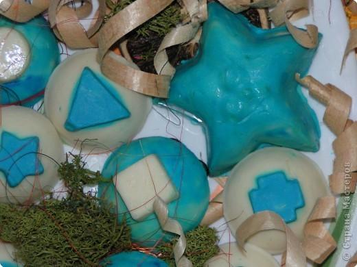 Получилось такое двухцветное ассорти из детского мыла. Может тут и морского мало, но сын сказал, значит для меня оно морское и никакое иначе -) Готовила я его 2 дня, т.к. форма у меня одна и пришлось ждать сутки, пока я выну из формы белое мыло, а потом на след. день я готовила голубое. фото 2