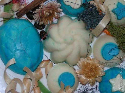 Получилось такое двухцветное ассорти из детского мыла. Может тут и морского мало, но сын сказал, значит для меня оно морское и никакое иначе -) Готовила я его 2 дня, т.к. форма у меня одна и пришлось ждать сутки, пока я выну из формы белое мыло, а потом на след. день я готовила голубое. фото 3