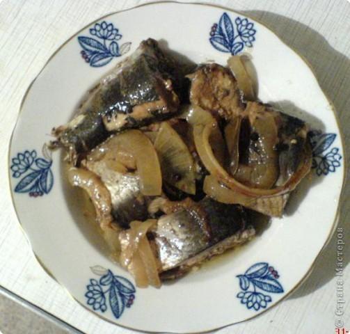 Рецепт рыбки: 1 кг свежемороженой селедки Черный чай 400-500 гр. лука 1 ст. раст. масла Душистый перец Лавровый лист Соль или 2 бульонных кубика фото 5