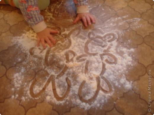 """Все мамы знают, как важна игра для гармоничного развития малыша. А пальчиковые игры и развлечения - это не только увлекательные и эмоциональные занятия с детьми, но и очень полезные упражнения для развития мелкой моторики рук. А параллельно с этим действия пальчиками способствуют развитию речи детей и их творческой деятельности.  По опыту знаем, что не все игры  одинаково нравятся детям. Сейчас очень много подобных книг, но, как правило игры повторяются, и не все """"приживаются"""". Хотим поделиться своими """"САМЫМИ ЛЮБИМЫМИ"""", и очень просим, кому интересна эта тема, поделиться опытом, очень хотим расширить свой """"арсенал"""". Спасибо тем, кто захочет сделать такой подарок!!!! фото 1"""