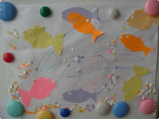 Вот такие рыбки стали плавать у нас дома сегодня. Первый раз сегодня пробовали приклеивать (рыбки и конфетти). Спасибо Елене, Оле и Кирочке за идеи!!! фото 1