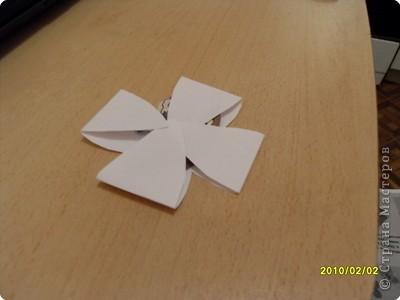 Распускающиеся цветы На мой взгляд очень интересный опыт. Вырезать из бумаги квадрат 15*15. Свернуть его пополам, а потом ещё раз пополам. Из получившейся заготовки вырезать цветок как на фото (или любой плоский). фото 2