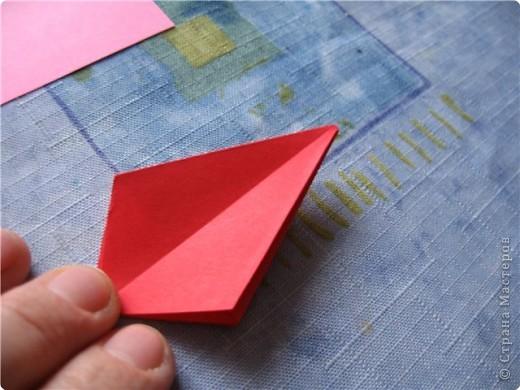 """цветок состоит из 5 элементов. один модуль """"лилия"""" зеленого цвета, бумага размером 10см.  два модуля красного или розового цвета(приближенного к цвету маковых лепестков) размер 9см.  и, серединка. состоит из двух модулей сделанных как модуль""""супер шар"""". один черного цвета (6см) и желтого цвета (5см). для сердцевинки, делаем модули  как для """"супер шара"""", только в укороченном варианте - не разворачивая модуль внутрь. фото 10"""
