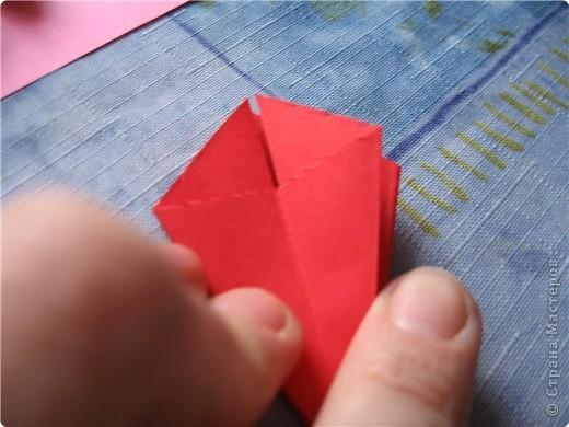 """цветок состоит из 5 элементов. один модуль """"лилия"""" зеленого цвета, бумага размером 10см.  два модуля красного или розового цвета(приближенного к цвету маковых лепестков) размер 9см.  и, серединка. состоит из двух модулей сделанных как модуль""""супер шар"""". один черного цвета (6см) и желтого цвета (5см). для сердцевинки, делаем модули  как для """"супер шара"""", только в укороченном варианте - не разворачивая модуль внутрь. фото 11"""