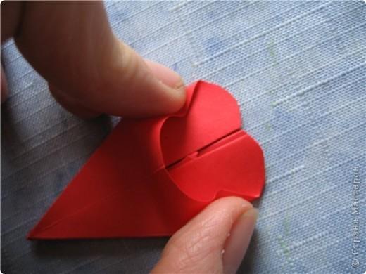 """цветок состоит из 5 элементов. один модуль """"лилия"""" зеленого цвета, бумага размером 10см.  два модуля красного или розового цвета(приближенного к цвету маковых лепестков) размер 9см.  и, серединка. состоит из двух модулей сделанных как модуль""""супер шар"""". один черного цвета (6см) и желтого цвета (5см). для сердцевинки, делаем модули  как для """"супер шара"""", только в укороченном варианте - не разворачивая модуль внутрь. фото 13"""
