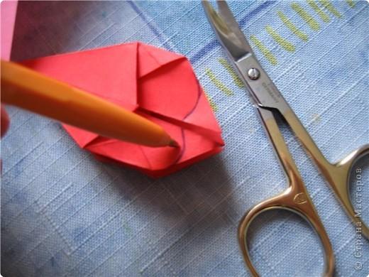 """цветок состоит из 5 элементов. один модуль """"лилия"""" зеленого цвета, бумага размером 10см.  два модуля красного или розового цвета(приближенного к цвету маковых лепестков) размер 9см.  и, серединка. состоит из двух модулей сделанных как модуль""""супер шар"""". один черного цвета (6см) и желтого цвета (5см). для сердцевинки, делаем модули  как для """"супер шара"""", только в укороченном варианте - не разворачивая модуль внутрь. фото 14"""