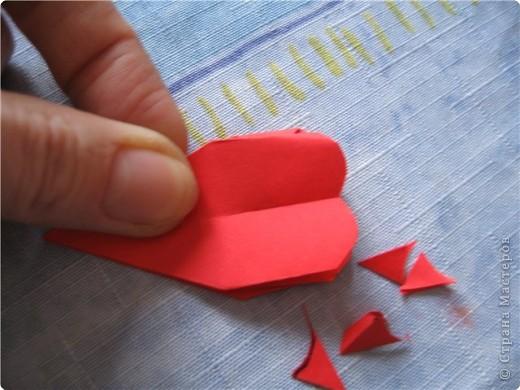 """цветок состоит из 5 элементов. один модуль """"лилия"""" зеленого цвета, бумага размером 10см.  два модуля красного или розового цвета(приближенного к цвету маковых лепестков) размер 9см.  и, серединка. состоит из двух модулей сделанных как модуль""""супер шар"""". один черного цвета (6см) и желтого цвета (5см). для сердцевинки, делаем модули  как для """"супер шара"""", только в укороченном варианте - не разворачивая модуль внутрь. фото 15"""