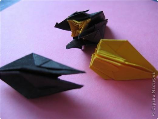 """цветок состоит из 5 элементов. один модуль """"лилия"""" зеленого цвета, бумага размером 10см.  два модуля красного или розового цвета(приближенного к цвету маковых лепестков) размер 9см.  и, серединка. состоит из двух модулей сделанных как модуль""""супер шар"""". один черного цвета (6см) и желтого цвета (5см). для сердцевинки, делаем модули  как для """"супер шара"""", только в укороченном варианте - не разворачивая модуль внутрь. фото 3"""