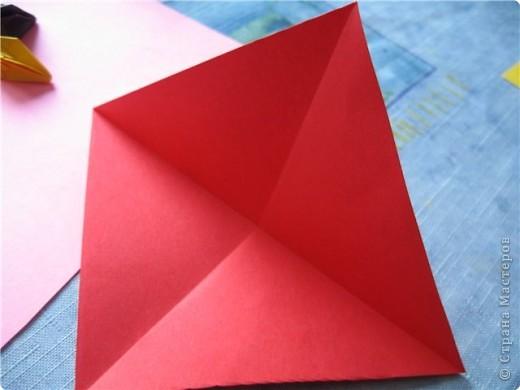 """цветок состоит из 5 элементов. один модуль """"лилия"""" зеленого цвета, бумага размером 10см.  два модуля красного или розового цвета(приближенного к цвету маковых лепестков) размер 9см.  и, серединка. состоит из двух модулей сделанных как модуль""""супер шар"""". один черного цвета (6см) и желтого цвета (5см). для сердцевинки, делаем модули  как для """"супер шара"""", только в укороченном варианте - не разворачивая модуль внутрь. фото 5"""