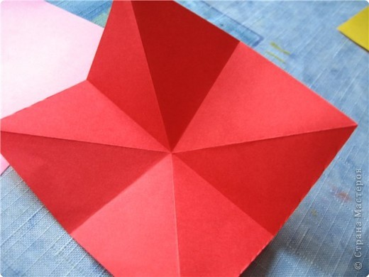 """цветок состоит из 5 элементов. один модуль """"лилия"""" зеленого цвета, бумага размером 10см.  два модуля красного или розового цвета(приближенного к цвету маковых лепестков) размер 9см.  и, серединка. состоит из двух модулей сделанных как модуль""""супер шар"""". один черного цвета (6см) и желтого цвета (5см). для сердцевинки, делаем модули  как для """"супер шара"""", только в укороченном варианте - не разворачивая модуль внутрь. фото 6"""