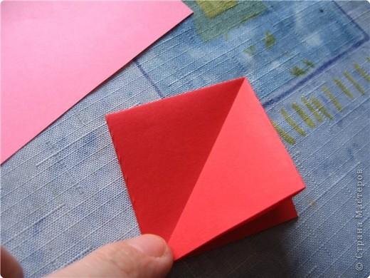 """цветок состоит из 5 элементов. один модуль """"лилия"""" зеленого цвета, бумага размером 10см.  два модуля красного или розового цвета(приближенного к цвету маковых лепестков) размер 9см.  и, серединка. состоит из двух модулей сделанных как модуль""""супер шар"""". один черного цвета (6см) и желтого цвета (5см). для сердцевинки, делаем модули  как для """"супер шара"""", только в укороченном варианте - не разворачивая модуль внутрь. фото 7"""