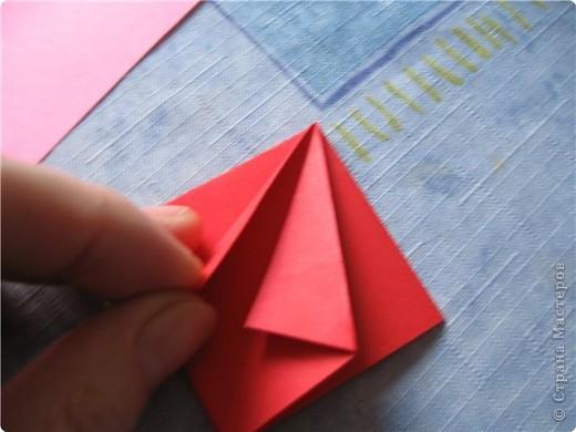 """цветок состоит из 5 элементов. один модуль """"лилия"""" зеленого цвета, бумага размером 10см.  два модуля красного или розового цвета(приближенного к цвету маковых лепестков) размер 9см.  и, серединка. состоит из двух модулей сделанных как модуль""""супер шар"""". один черного цвета (6см) и желтого цвета (5см). для сердцевинки, делаем модули  как для """"супер шара"""", только в укороченном варианте - не разворачивая модуль внутрь. фото 8"""