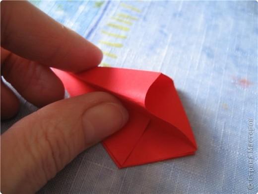 """цветок состоит из 5 элементов. один модуль """"лилия"""" зеленого цвета, бумага размером 10см.  два модуля красного или розового цвета(приближенного к цвету маковых лепестков) размер 9см.  и, серединка. состоит из двух модулей сделанных как модуль""""супер шар"""". один черного цвета (6см) и желтого цвета (5см). для сердцевинки, делаем модули  как для """"супер шара"""", только в укороченном варианте - не разворачивая модуль внутрь. фото 9"""