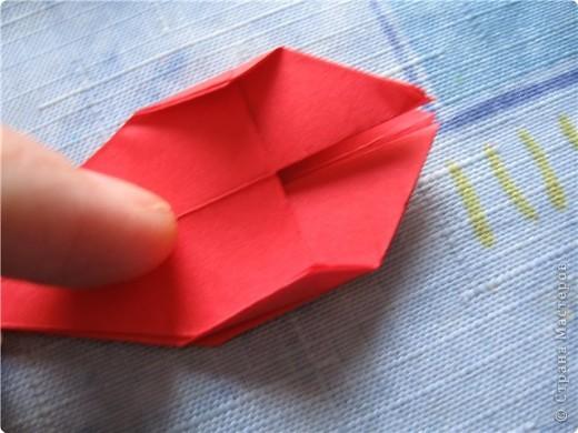 """цветок состоит из 5 элементов. один модуль """"лилия"""" зеленого цвета, бумага размером 10см.  два модуля красного или розового цвета(приближенного к цвету маковых лепестков) размер 9см.  и, серединка. состоит из двух модулей сделанных как модуль""""супер шар"""". один черного цвета (6см) и желтого цвета (5см). для сердцевинки, делаем модули  как для """"супер шара"""", только в укороченном варианте - не разворачивая модуль внутрь. фото 12"""