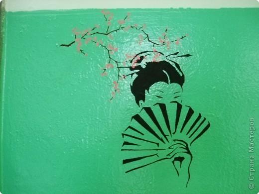 Работа дочки. Вырезала вытынанку, потом используя ее как трафарет, процарапывала рисунок. Основа для картины куплена в магазине (цветной слой покрыт черным). фото 2