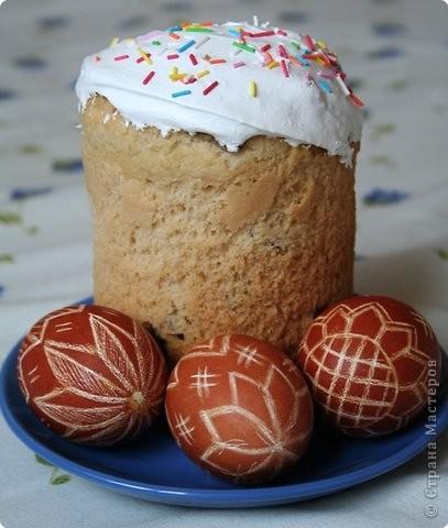 Из года в год ждем этого праздника каждый по своему. Муж мой, например, знает, что только раз в году ему разрешается есть столько яиц, сколько сможет осилить за день. И он этим пользуется. И не обсыпает же.....Хороший светлый праздник!  А я вот решила показать какие красивые яйца на Пасху делает моя мамочка. Вернее не делает (делают их куры), а украшает. Яйца красятся в луковой челухе, а потом лезвием наносится узор. Кто-то может и скажет - зачем такие мучения, ведь сейчас столько других более легких способов укращения пасхальных яиц, но мы с братом из года в год ждем именно этого маминого произведения искусства фото 1