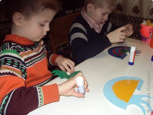 Что можно сделать из круга? На плоскости мы уже научились составлять из кругов  силуэты животных. Делали из шарика (соленого тесто) лепешку, превращая ее, например, в крылья... Сегодня познакомимся с объемной фигурой - конусом на примере изготовления петушка.  фото 10