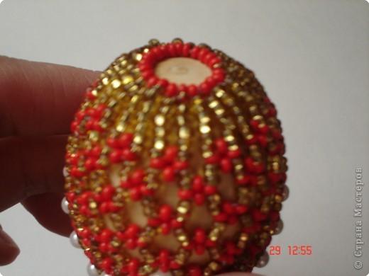 МК бисерные яйца Сначала сплетите широкий пояс. Работа ведется на капроновой нити. Оставив конец нити 7-9 см, нанижите 4 красных бисерины и проведите иглу через первую бисерину, чтобы получился крестик. Нить подтяните. Нанижите 2 белые и 4 красные, иглу проведите через первую красную бисерину. Сплетя таким образом 12 крестиков фото 5