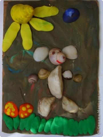 Эту аппликацию из ракушек и пластилина моя дочь сделала в 3 года. Идея дочкина, я лишь дополняла (мои солнце и травка:))