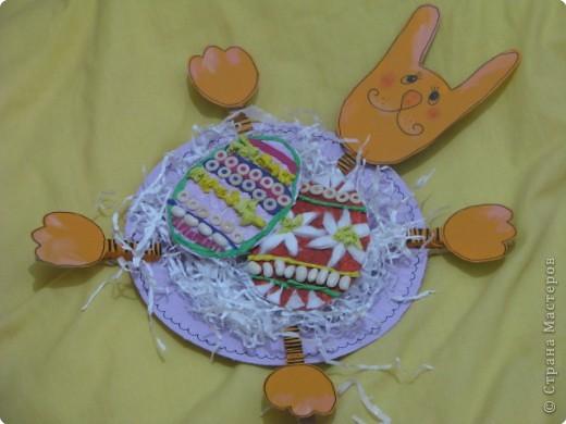 ой даже не знаю кто кому помогал на этот раз,делали вместе с Мелиссой,моя работа заключалась в вырезание зайца и яиц,обводка маркером,и в яичках помогала с нанесением клея,а то у неё были руки в клею и на них всё липло(детальки мелкие),Мелисса выбирала цвета,занималась покраской,ну и оформление яичек(идея тарелочки с зайцем из интернета) фото 1
