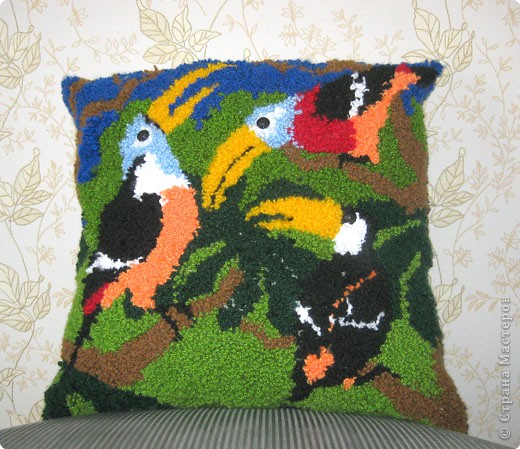 Вот и новая работа, сделанная ковровой вышивкой.  Вышивала ,как всегда, Юля.   Сначала хотели вставить в рамочку, но показалось, что будет слишком громоздко... Пришлось использовать как наволочку на диванную подушку.