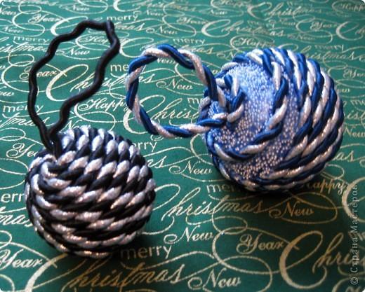 Первые два шарика. На одном не хватило шнура, пришлось выкручиваться. Покрасила краской и набросала на нее декоративных шариков.
