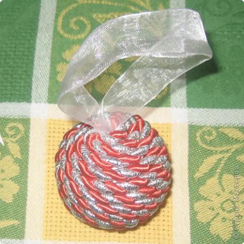 Первые два шарика. На одном не хватило шнура, пришлось выкручиваться. Покрасила краской и набросала на нее декоративных шариков. фото 3