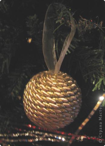 Первые два шарика. На одном не хватило шнура, пришлось выкручиваться. Покрасила краской и набросала на нее декоративных шариков. фото 2
