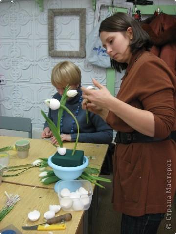 В нашем учреждении работает замечательный флорист. Ежегодно у нас проходят мастер-классы по флористике. В этом году мы выполняли композицию к Пасхе. Посмотрите работы, они все разные, хотя сделаны из одинаковых материалов: тюльпаны, яичная скорлупа, перья, бергасс, мох. И родилось чудо, которое радует нас и удивляет других. Спасибо, нашему педагогу.  Земля и солнце, Поля и лес - Все славят Бога: Христос Воскрес!     В улыбке синих Живых небес Всё та же радость: Христос Воскрес!  Вражда исчезла, И страх исчез. Нет больше злобы - Христос Воскрес!  Как дивны звуки Святых словес, В которых слышно: Христос Воскрес!  Земля и солнце, Поля и лес - Все славят Бога: Христос Воскрес!  (Л. Чарская)   фото 4