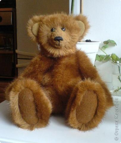 Наконец-то выкладываю своего первого мишку Тедди. Знакомьтесь - Оптимист. Сшит из искусственного меха (мохер пока не научилась боюсь брать - слишком дорого). Сшила его на день рождения дочки. фото 1