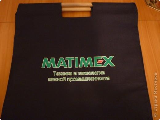 Нужно было  чем-то закрыть надпись на сумке! И вот что получилось))) Пригодилась даже оберточная сетка для цветов! Для работы использовала клей-пистолет. фото 2