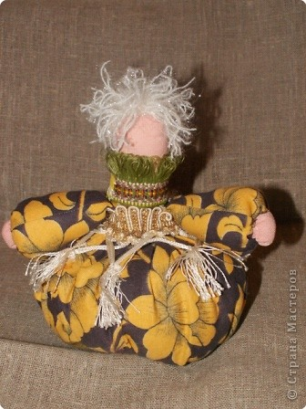 Таких кукол-кубышек шили мои девчонки. Сначала делается туловище - это трубочка, заполненная синтепоном/ мешочек 20 см на 6-7см/, однотонный трикотаж. Идея была такова: нашили такие трубочки, я раздала и дала задание.  фото 3