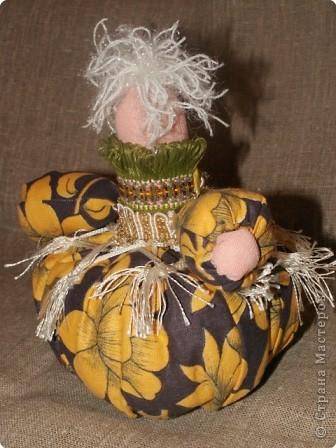 Таких кукол-кубышек шили мои девчонки. Сначала делается туловище - это трубочка, заполненная синтепоном/ мешочек 20 см на 6-7см/, однотонный трикотаж. Идея была такова: нашили такие трубочки, я раздала и дала задание.  фото 4