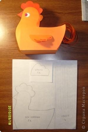 Работа выполнена из плотной двусторонней бумаги.Но можно из картона. Клюв и гребень нарисованы фломастером. Глаза Нарисованы отдельно и приклеины. фото 1