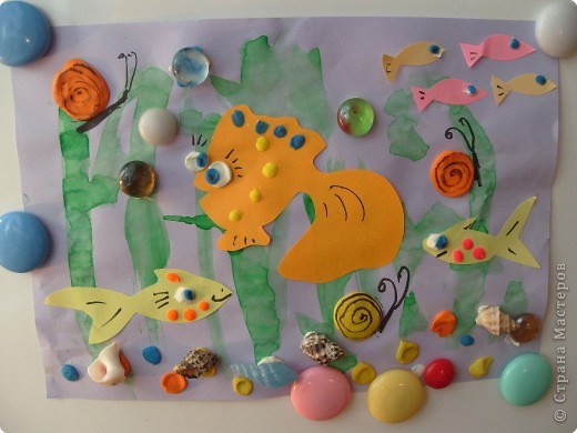 """""""Глазастые рыбки"""". Коллаж. Фон - акварель, рыбки - цветная бумага; пластилин; декор - ракушки. стекляшки. фото 3"""