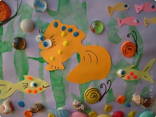 """""""Глазастые рыбки"""". Коллаж. Фон - акварель, рыбки - цветная бумага; пластилин; декор - ракушки. стекляшки. фото 1"""