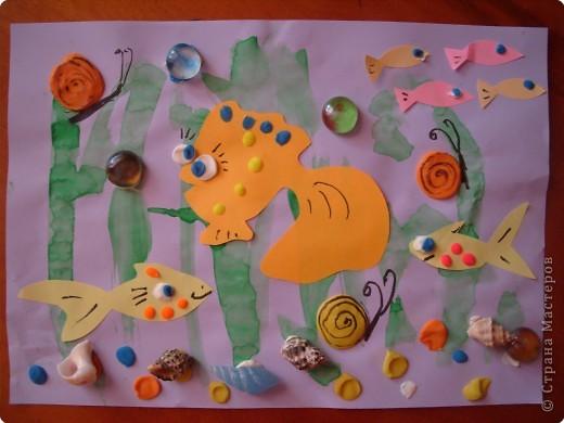 """""""Глазастые рыбки"""". Коллаж. Фон - акварель, рыбки - цветная бумага; пластилин; декор - ракушки. стекляшки. фото 2"""
