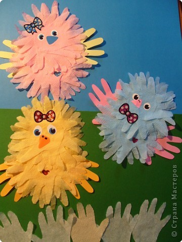 """Эти разноцветные цыплята сделаны  в буквальном смысле моими ручками, потому что мама их смастерила из моих """"ладошек""""... фото 7"""