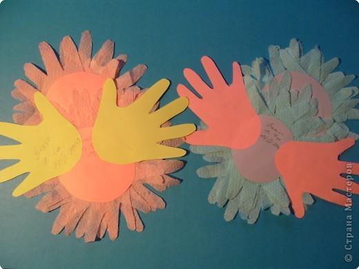 """Эти разноцветные цыплята сделаны  в буквальном смысле моими ручками, потому что мама их смастерила из моих """"ладошек""""... фото 9"""