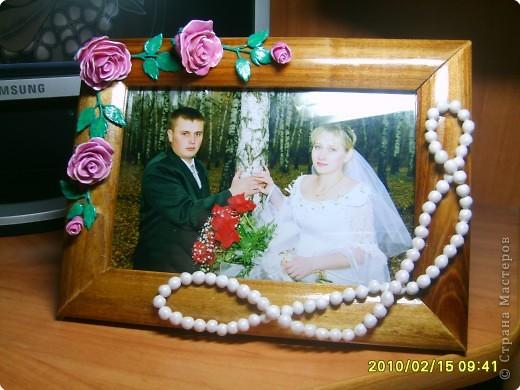 Лепка: Розы и бусы из холодного фарфора приклеены на деревянную рамку.