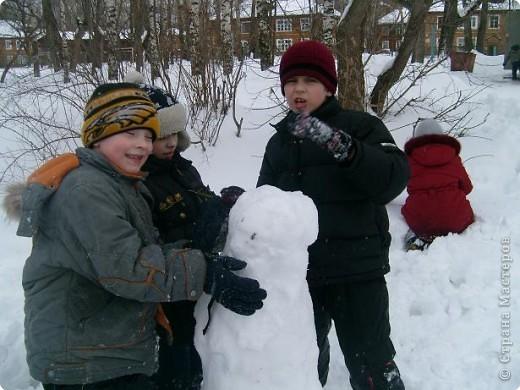 Лепили снежные фигуры и раскрашивали красками фото 2