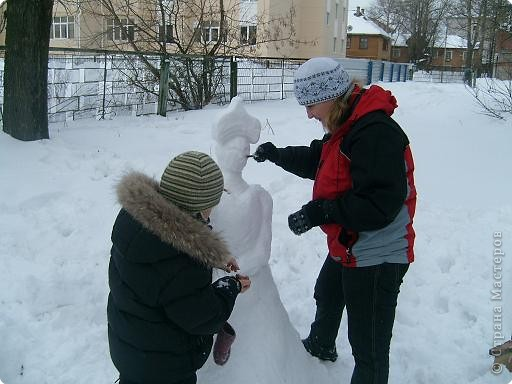 Лепили снежные фигуры и раскрашивали красками фото 5