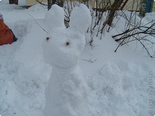 Лепили снежные фигуры и раскрашивали красками фото 1