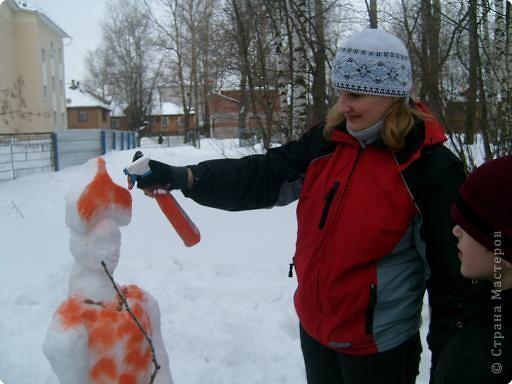 Лепили снежные фигуры и раскрашивали красками фото 6